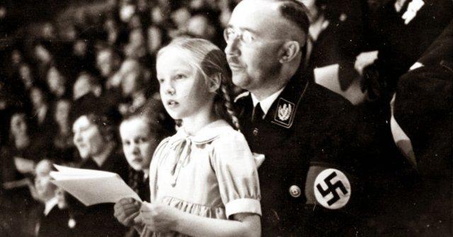 Gudrun Burwitz junto a su padre, Heinrich Himmler, el oficial nazi de más alto rango después de Adolf Hitler (AP)