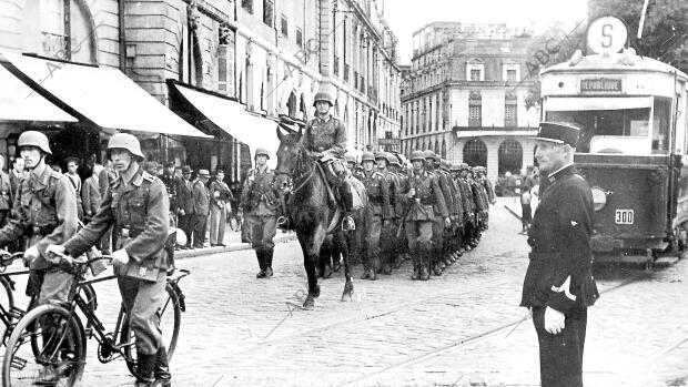 Una columna de infantería alemana atraviesa las calles de Burdeos en 1942