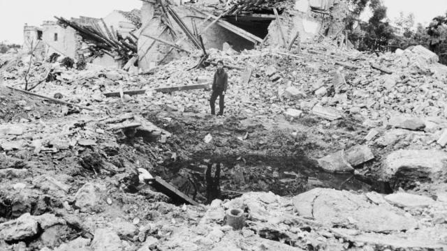 Un joven Haiphong, Vietnam del Norte, tras un bombardeo estadounidense