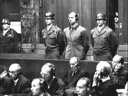 En el centro de la imagen, con auriculares, Karl Brandt, criminal de guerra nazi y médico personal de Hitler, durante los juicios de Núremberg (20 de agosto de 1947).  Wikimedia Commons