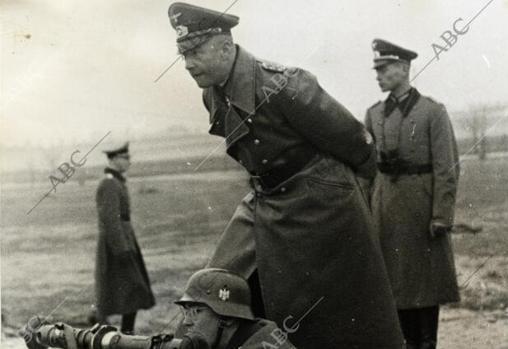 El capitán general del ejército alemán, Walther von Brauchitsch, dirigiendo el fuego de una unidad en el frente - ABC