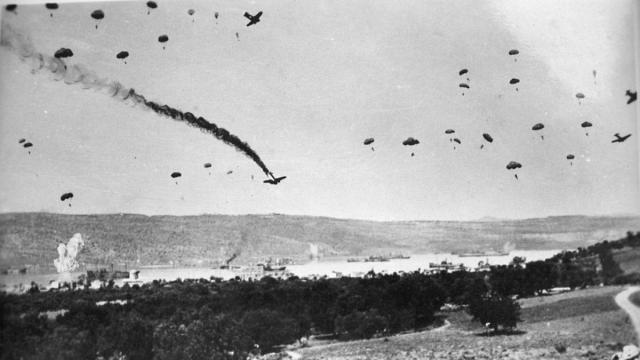 Paracaidistas alemanes durante su lanzamiento en Creta, el primer día del asalto. Arthur Conry - Wiki-Ed / CC-BY-SA 3.0
