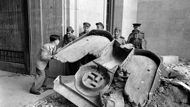 Águila nazi caída de la Cancillería en Berlín