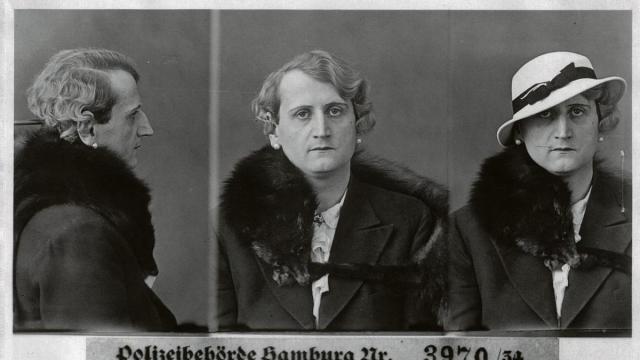 Identificación policialFotografías de Rudolf Muller, homosexual detenido en Hamburgo en 1934, y la insignia rosa utilizada en los campos de exterminio (c) Coll. Staatsarchiv Hamburg