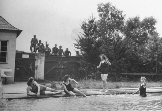 Julio de 1945. Soldados de EEUU acechan a mujeres alemanas. RALPH MORSE / LIFE