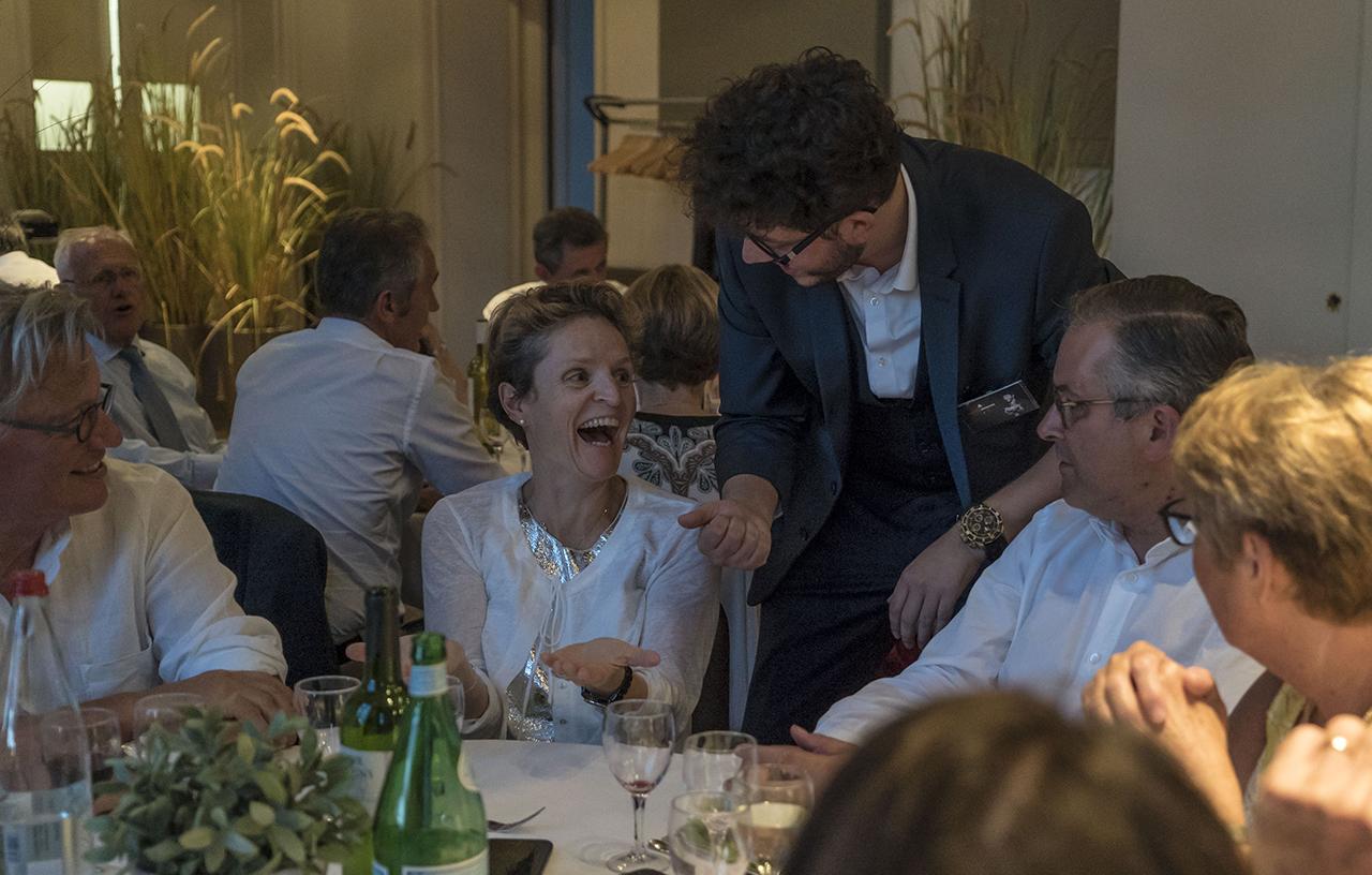 superbe réaction lors d'un repas close-up dans un château - xavitch magicien