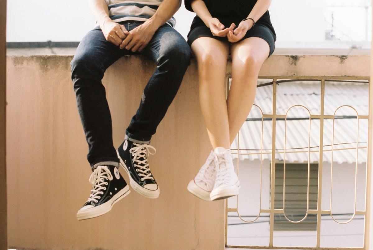 puberjongen en -meisje met all stars converse
