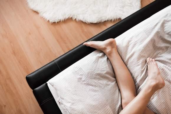 blote voeten op bed