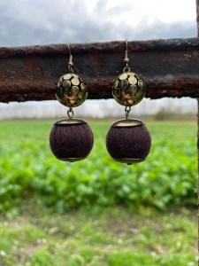 oorbellen aan roestig hek