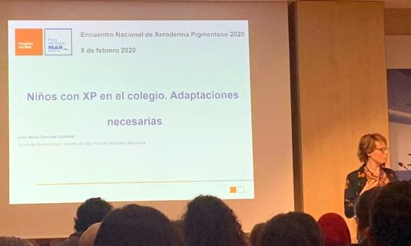 La doctora Julia Sánchez Schmidt en su presentación sobre las adaptaciones necesarias en colegios que tienen niños con XP
