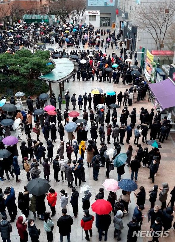 Corea del Sur supera los 2000 casos de COVID-19 en poca más de una semana