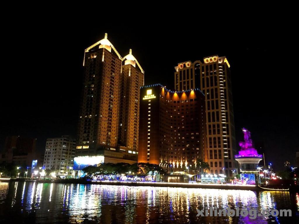 アンバサダーホテル高雄の夜の外観