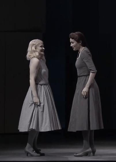 Sophie Karthäuser (Héro) i Katarina Bradić (Ursule) a Béatrice et Bénedict a Glyndebourne 2016