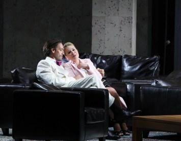 Michael Todd Simpson (Escamillo) i Elsa Dreisig (Micaëla) Carmen, Producció de Dmitri Tcherniakov Fotografia © Patrick Berger / artcompress