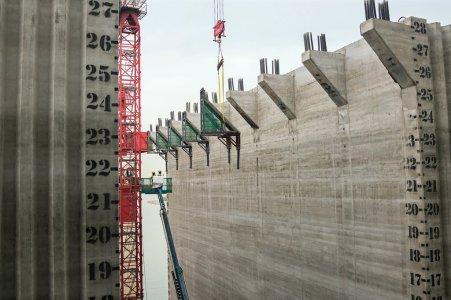 沉箱、或说防水围护建筑物是这个项目的一部分。 (Sim Chi Yin/VII, for The New York Times)