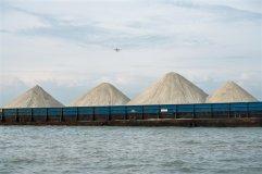一艘驳船上运载的用花岗岩磨成的人造沙。 (Sim Chi Yin/VII, for The New York Times)