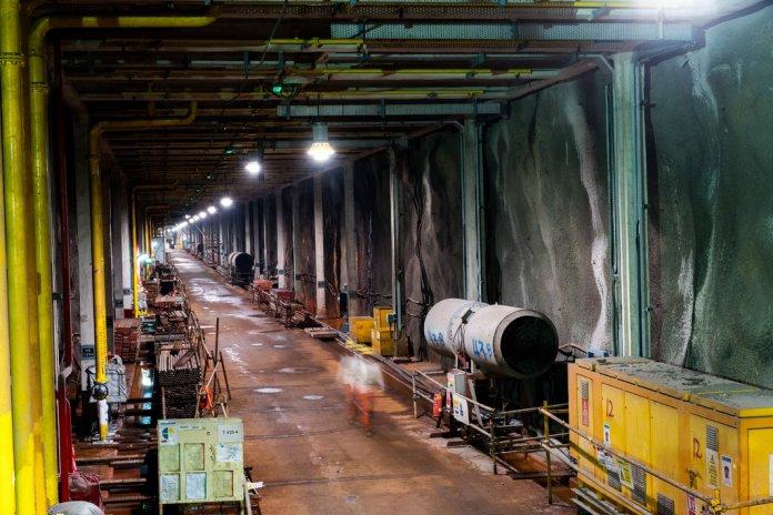 裕廊岛地下储油库的施工隧道。(Sim Chi Yin/VII, for The New York Times)
