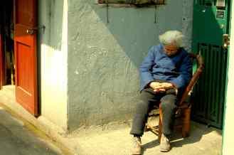 Shanghai - Señora durmiendo en el portal de su casa