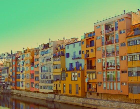 Casas de principios del siglo XX a orillas río Onyar Girona