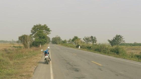 Mi moto, la carretera y yo entre los arrozales de Tailandia