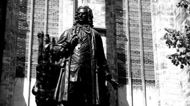 Estatua de Bach junto a la catedral