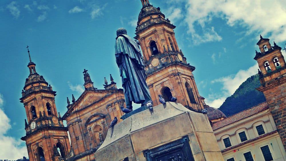 Estatua de Bolívar y Catedral de Bogotá
