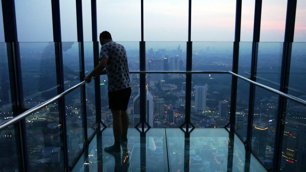 Servidor en la plataforma de cristal en la terraza de la KL Tower