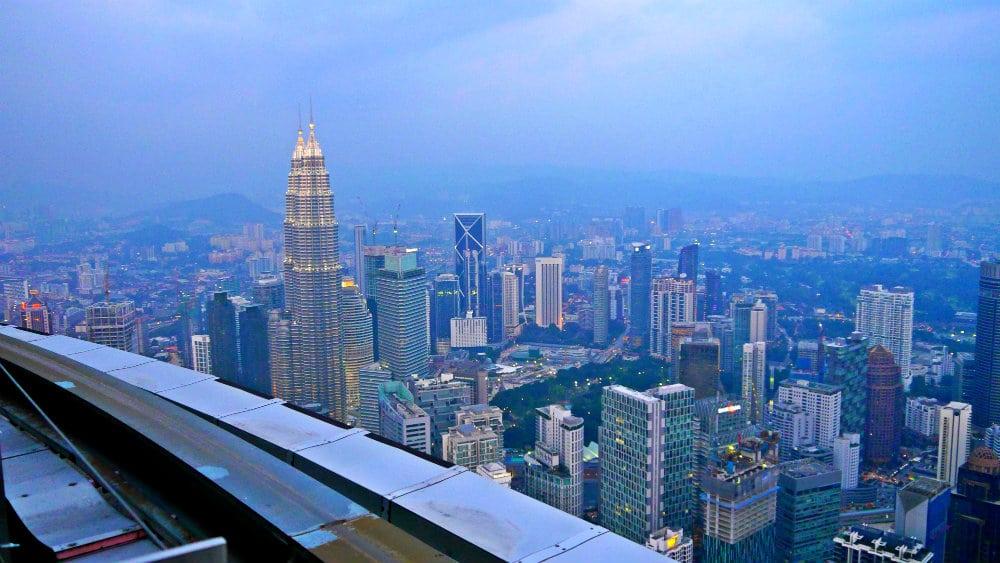 Vistas de las torres Petronas y Kuala Lumpur desde Menara Kuala Lumpur