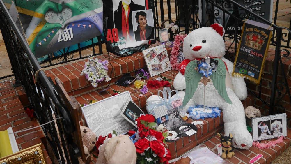 Ofrendas en la tumba de Elvis