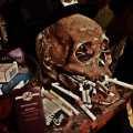 Cráneo humano con ofrendas y cigarrillos en el Historic Voodoo Museum de Nueva Orleans