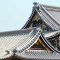 Techos del palacio imperial y Kyoto Tower al fondo