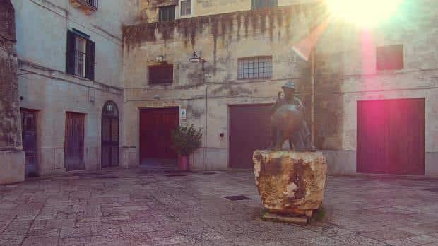 Estatua de un Calderero en el barrio antiguo de Matera