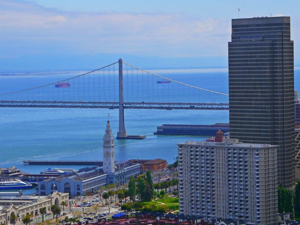 Bay Bridge y puerto de San Francisco desde la Coit Tower