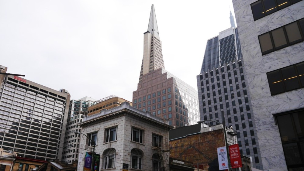 Chinatown de San Francisco con la Transamerica Pyramid en el fondo
