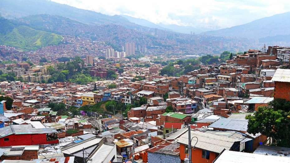Fachadas de la Comuna 13 y vista de Medellín, Colombia