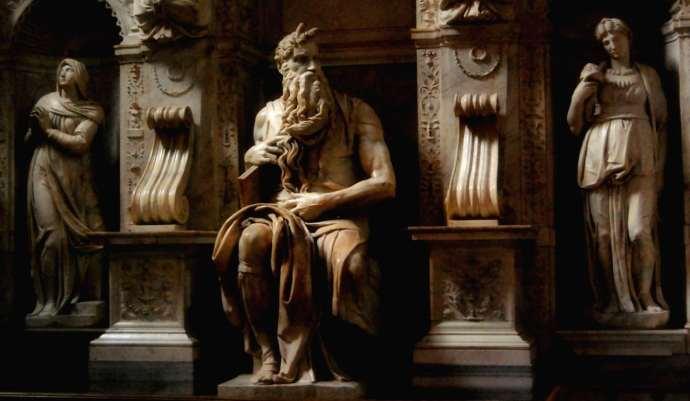 Interior de la Basílica de San Pietro in Vincoli, una de las iglesias más hermosas de Roma