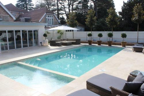 Outdoor Luxury Swimming Pool Installation