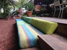 因為晚上這裡會是喝酒的地方,這樣的沙發很適合Lounge!