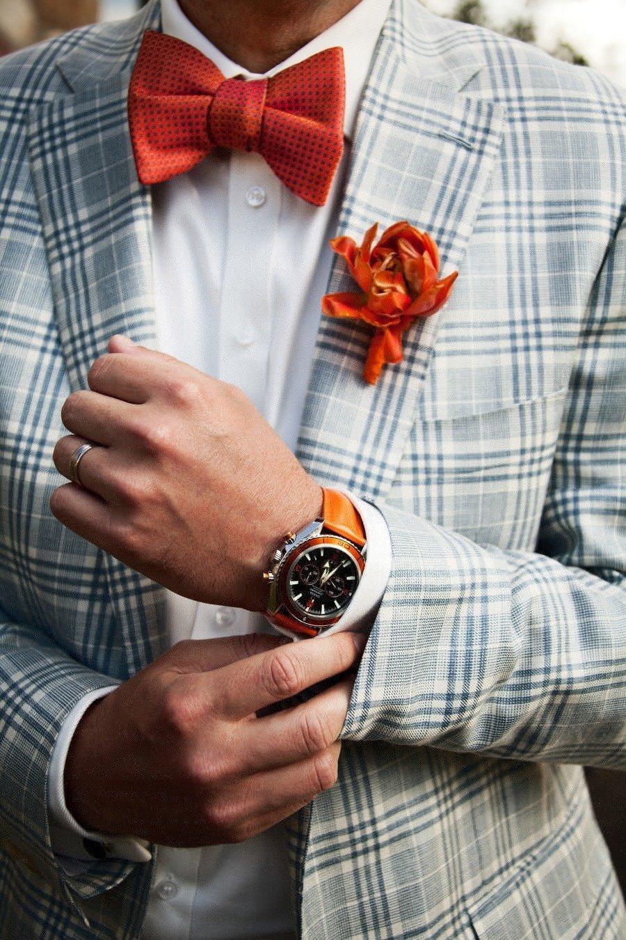 Cravata-papion rosie cu costum in carouri