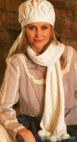 Вязаная спицами шапка с ажурным узором и шарф.