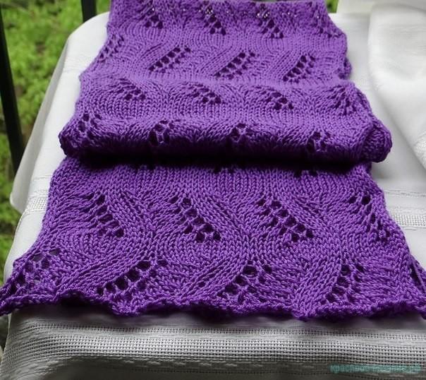 Вяжем шарф спицами.