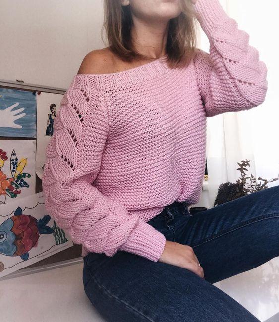 Классный свитер с узором на рукавах