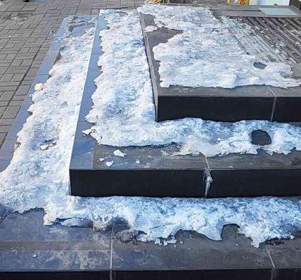 Чем посыпать садовые дорожки зимой, как очистить лед с тротуарной плитки 3