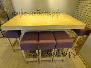 большой деревянный стол в семейном кафе