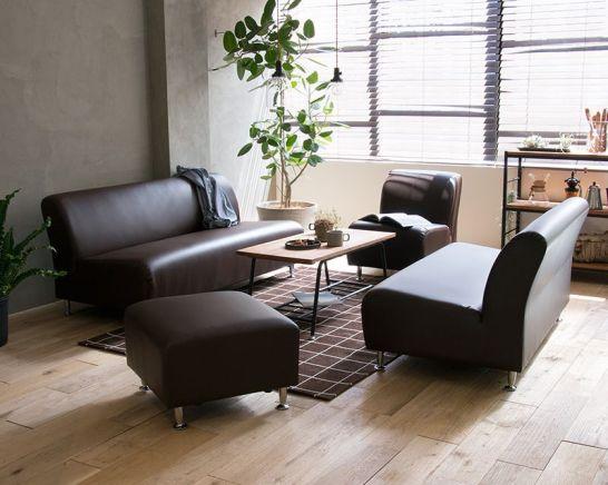 ブラウンのソファは落ち着いた印象
