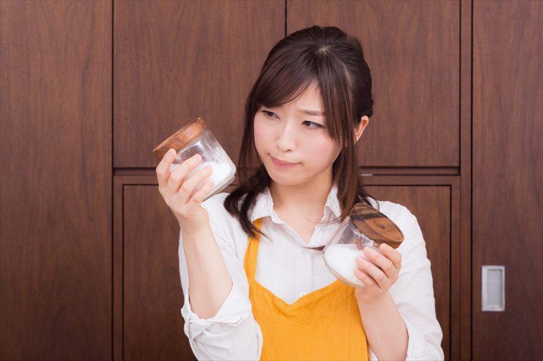 減塩食を作る女性