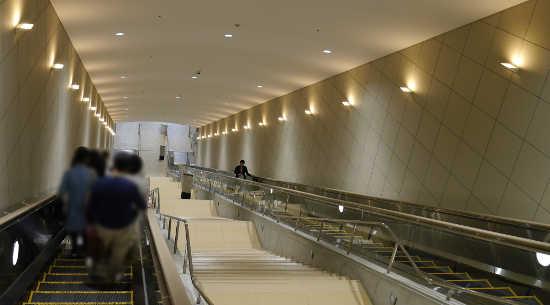 大塚国際美術館 巨大エスカレーター