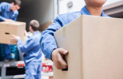 荷物を運ぶ引越し業者のスタッフ