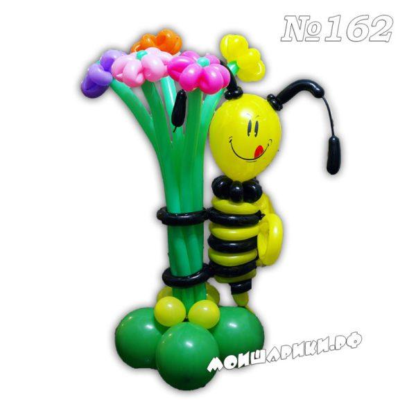 Пчелка с букетом из 5 ромашек
