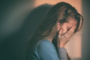 女性 悲しむ